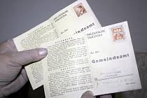 Na půdě obecního úřadu v Krumvíři ležely známky s Hitlerem.