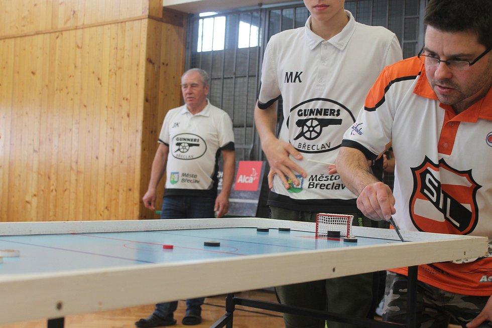 V Břeclavské základní škole ve Slovácké ulici se sešli milovníci stolního hokeje, aby mezi sebou poměřili síly na letošním ročníku Gunners Břeclav Cup ČP36.