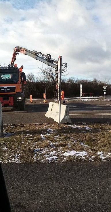 Na hraničním přechodu Mitterretzbach–Hnanice je betonová zábrana. Řidiči neprojedou.