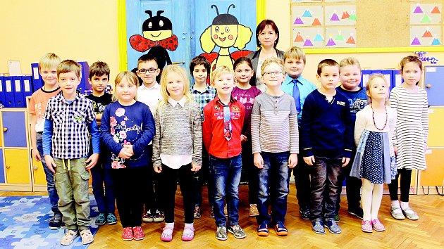 Žáci první třídy ze Základní školy v Dolních Dunajovicích s třídní učitelkou Sylvou Zámečníkovou.