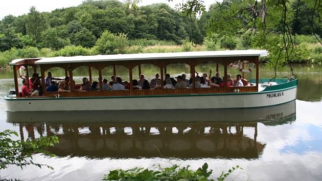 Na svou první plavbu po Dyji vyplula po křtu v sobotu 28. června loď Morava. Bude vozit turisty v lednickém parku.