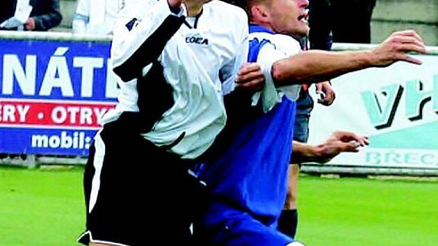 Fotbalista Pavel Šustr (v modrém).