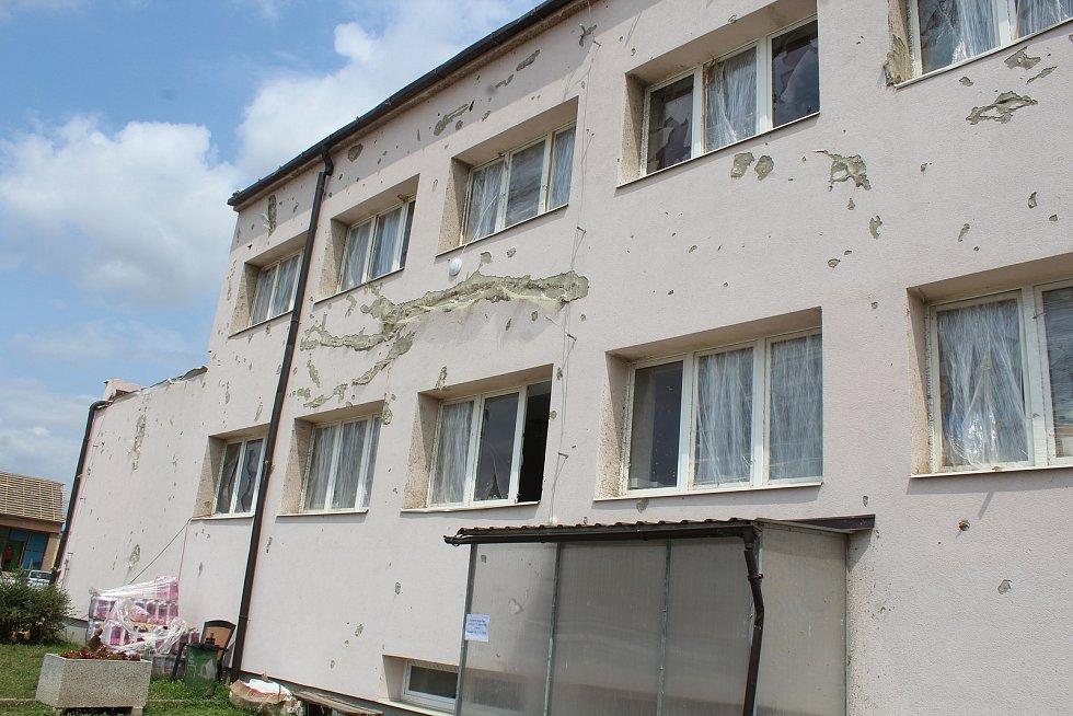 Mikulčice, téměř měsíc po ničivém tornádu. Kulturní dům.