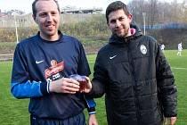 Petr Hlavatý (vpravo) se občerstvuje na Baníku Ostrava se spoluhráčem Janem Helešicem.