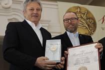 Mikulovský Miroslav Volařík převzal ocenění za titul šampiona bílých vín sedmačtyřicátého ročníku Valtických vinných trhů. Vinařství jej získalo za Ryzlink vlašským 2013, pozdní sběr.