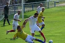 Břeclavané (ve žlutém) doma padli v derby I.A třídy s Lanžhotem.
