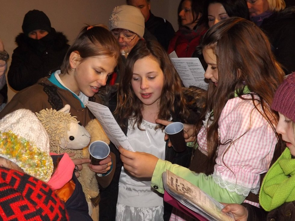 V Horních Věstonicích ve středu nezůstalo pouze u akce Česko zpívá koledy. Zpěváci z Dolních a Horních Věstonic, Pavlova či Strachotína se poté přesunuli ještě do kostela. Kromě zpěvu pěveckých sborů tam návštěvníky potěšilo i vánoční představení.