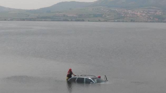 Osobní auto skončilo pod hladinou.