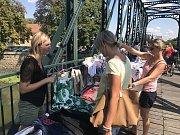 Návštěvníky přilákal na bývalý cukrovarský most v Břeclavi jeden z největších bleších trhů ve městě. Měli z čeho vybírat.