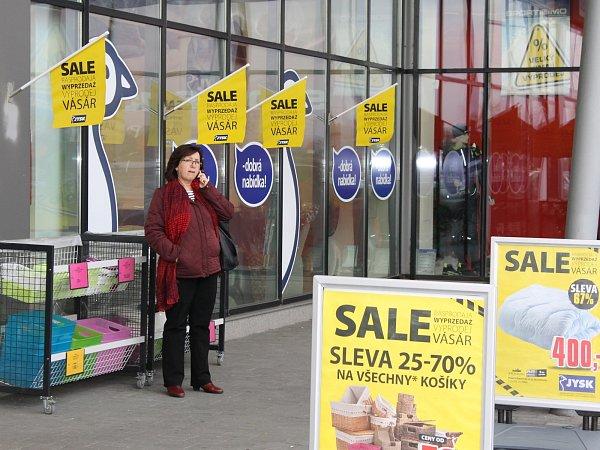 Nižší cenu až odevětačtyřicet procent hlásí obrovské cedule ubřeclavského Okay Elektra. Podobné plakáty teď visí téměř všude.