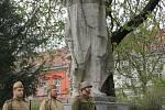 """NYNÍ. Počátkem devadesátých let minulého století byla socha rudoarmějce převezená a umístěná do městského parku u gymnázia. """"Stále se zde zachovávají dubnová pietní setkání u příležitosti výročí osvobození Břeclavi Rudou armádou,"""" zmínila historička Káňov"""