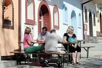 Na akci Po kobylských uličkách za vínem se koštuje v příjemném prostředí.