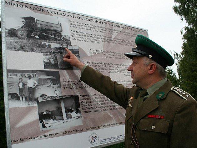 Stezka svobody začíná panelem na nádvoří mikulovského zámku, kde je zavěšený i zvon svobody.