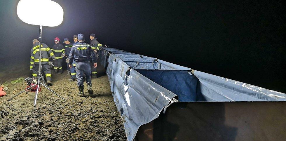 O zabezpečení hráze na řece Moravě se postarali hasiči.