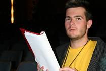 Oldřich Bělka alias Štětináč studuje text, který přednese v divadelní hře o Rychlých šípech.