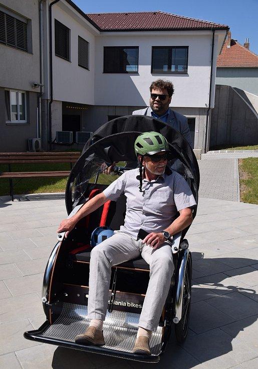 Seniory v Břeclavi povozí cyklorikša. Mezi prvními si ji vyzkoušel starosta města Svatopluk Pěček.