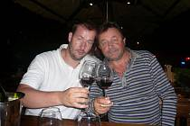 Vinař Zdeněk Mlýnek (vpravo) z Dolních Dunajovic je jedním z představitelů rodinného podniku Vinařský dvůr u Mlýnků. Ačkoliv vystudoval práva, energii věnuje vinohradům. Oporou je mu mimo jiné manželka či syn Filip.