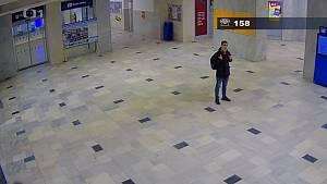 Policisté pátrají po muži, který ve vlaku obtěžoval nezletilou dívku.