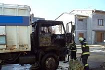 Požár popelářského auta, z jehož hašení vyvázli všichni bez zranění, způsobila vada na elektroinstalaci. Kromě motoru je zničená celá kabina.