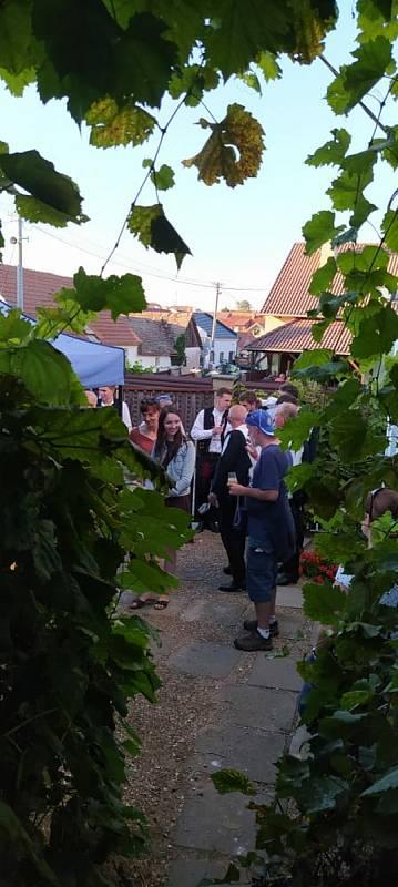 Śakvičtí vinaři otevřeli sklepy, lidé si užili Ďůrkobrani.