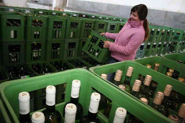 Studenti Střední odborné vinařské školy třídili vzorky vín pro letošní Valtické vinné trhy.