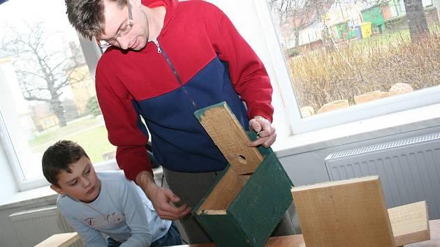 Sedmadvacetiletý Martin Václavík z břeclavské Duhovky v sobotu učil děti udělat ptačí budku pro sýkorky. Při této akci střediska volného času jich i s několika dospělými stloukli několik.