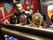 Desítky vzorků z produkce minipivovarů ochutnávali hosté prvního pivního koštu v halé bývalého cukrovaru v Břeclavi.
