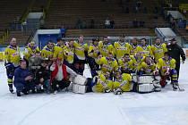 Břeclavští hokejisté slaví vítězství nad Moravskými Budějovicemi.