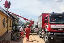 Třicet kilometrů nového vedení pro dodávky elektřiny po tornádu vyjde společnost EG.D na 300 milionů korun. Na snímku odstraňování poruch v Moravské Nové Vsi.