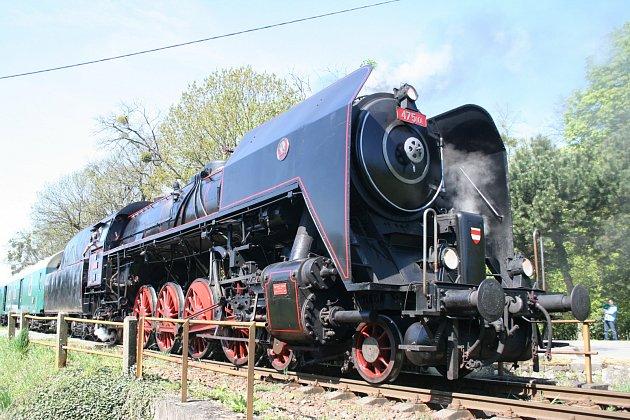 Stovky cestujících vyrazily v sobotu historickým vlakem na Pálavský okruh. Táhla ho parní lokomotiva zvaná Šlechtična, která vyjela na Břeclavsko otevřít turistickou sezonu.