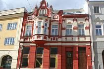 Historická budova stojící v Mikulově na adrese Náměstí 23 je předmětem sporu v městské radě. V budově dříve sídlila prodejna drogistického zboží, nově tam vznikne restaurace.