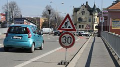Dělníci mění zastaralé semafory na hlavním tahu Břeclaví. Nahrazují je moderními s kamerami.