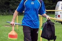 Trenér Jiří Horčička připravuje trénink pro své svěřence, čtrnáctileté fotbalisty MSK Břeclav.