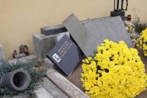 Policisté na podobný případ vandalismu na hřbitovech nepamatují.