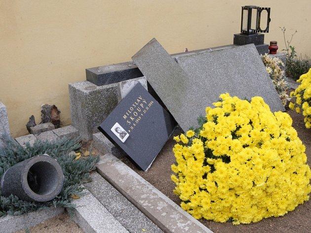 Vandalové zničili hřbitov ve Vranovicích