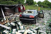 Dopravní nehoda kamionu s pivem a osobního auta na dálnici D2.