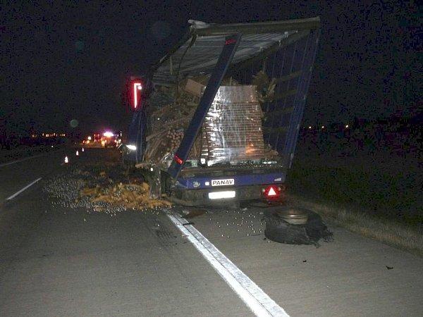 Kamiony havarovaly uPodivína vúterý před třetí hodinou ranní. Nehoda se obešla bez zranění. Kvůli vyproštění kamionu zpříkopu policisté uzavřeli část dálnice D2.