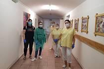 Do dobrovolné preventivní izolace se zavřely s důchodci i pečovatelky Domu se zvláštním režimem v Jevišovce.