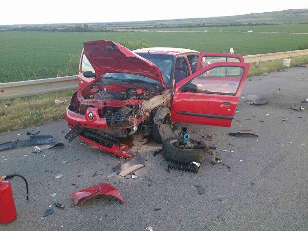 Tři auta se srazila v sobotu večer u Velkých Pavlovic. Dva zraněné odvezla sanitka do nemocnice.