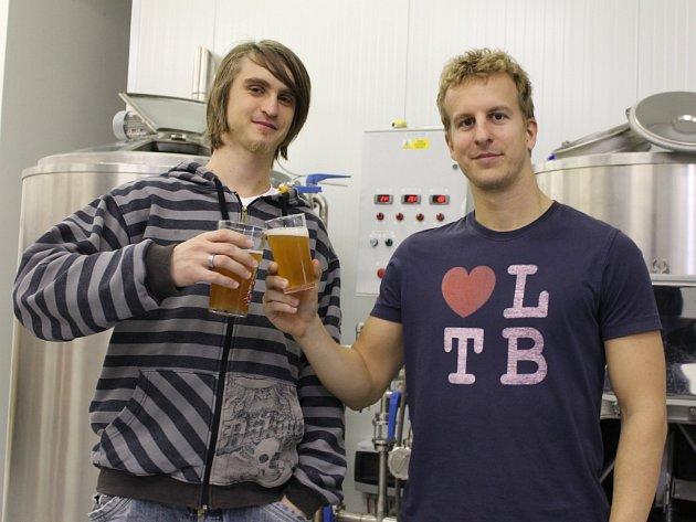 Břeclavský minipivovar Frankies založili Adam Jonáš (vlevo) a Štěpán Přikryl.