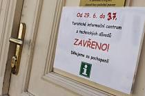 Původně mělo být turistické informační centrum v Břeclavi zavřené až do neděle, posledním dnem je ale nakonec pátek. K dispozici jsou alespoň letáky.