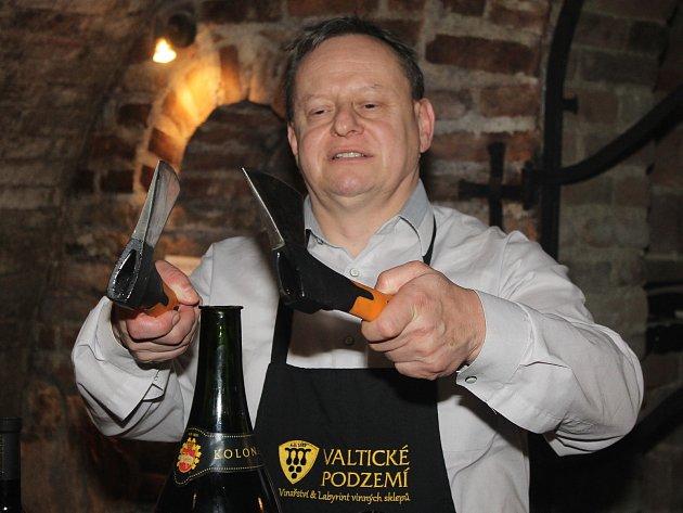 První dáma si ve Valtickém podzemí zkusila isabráž sekyrou za asistence zástupce vinařské firmy.