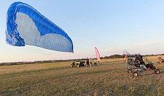 Paraglidisté na břeclavském letišti.