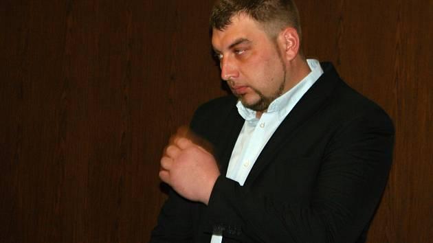 Provozovatel pouťové atrakce, která se loni v zaječí nahnula a zranila sedm lidí, stál v úterý před soudem. Byl obžalovaný z obecného ohrožení z nedbalosti. Soud ho obžaloby zprostil.