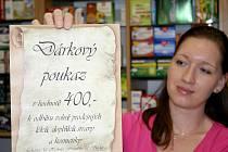 Šárka Babiszová z lékárny U Herkula v Břeclavi ukazuje dárkový poukaz.