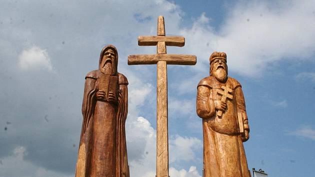 Naučnou stezku v Boleradicích stráží sochy Cyrila a Metoděje