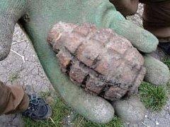 Na lesní stezce u Klentnice ležel granát z druhé světové války.