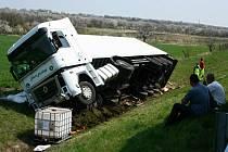Maďarský kamion vyjel mimo dálnici do pole a skončil na boku.
