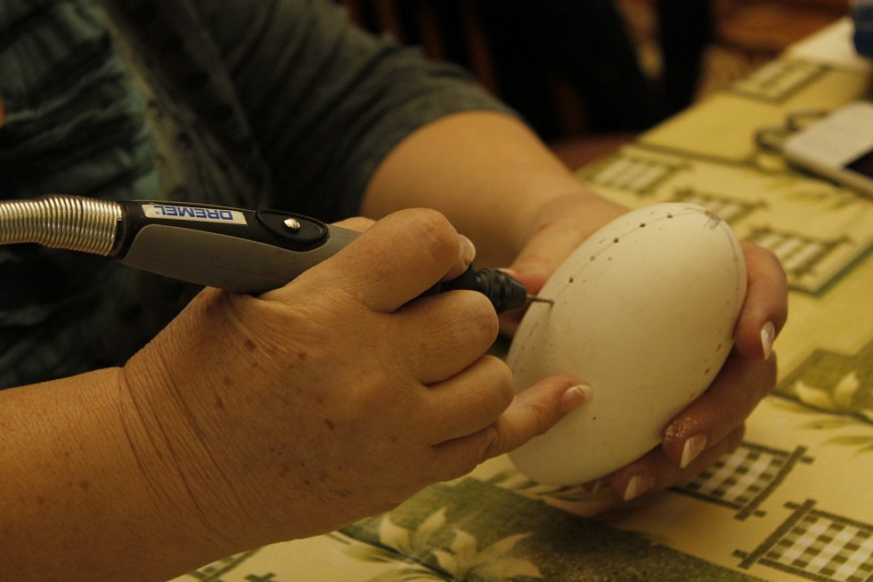 Týnecké malérečky předvedly v praxi své umění v sobotu a v neděli v kulturním domě v Týnci. Ukázaly lidem, jak zdobit kraslice voskem nebo jak do nich vyvrtat dírky.