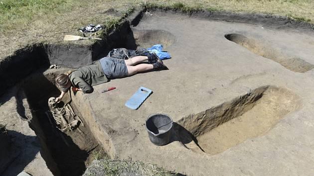 Archeologové u zámečku Pohansko - Studentka antropologie Tereza Běťáková pracuje 24. července 2020 na místě archeologického výzkumu poblíž zámečku Pohansko na Břeclavsku, kde byly objeveny hroby z 9. století, tedy z období Velké Moravy.